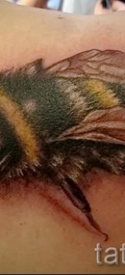 Пример тату пчелы на фото – реалестичная работа