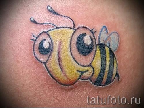 Пример тату пчелы на фото - смешная тату с пчелкой у которой большие глаза
