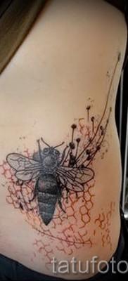 Пример тату пчелы на фото – стильная и красивая татуировка выполнена на боку