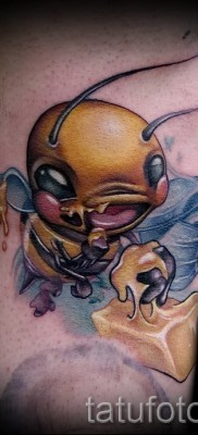 Пример тату пчелы на фото – стильная пчела ест мед