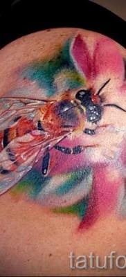 Пример тату пчелы на фото 15