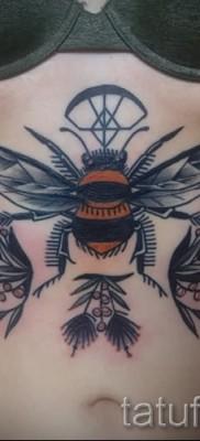 Пример тату пчелы на фото 19