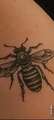Пример тату пчелы на фото 22