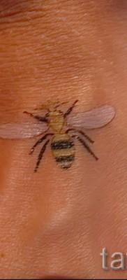 Пример тату пчелы на фото 33