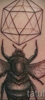 Пример тату пчелы на фото 35