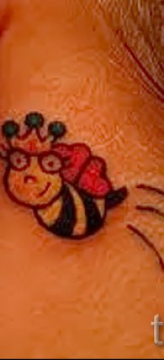 Пример тату пчелы на фото 44