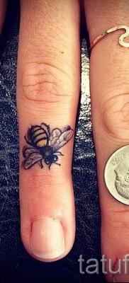 Пример тату пчелы на фото 46