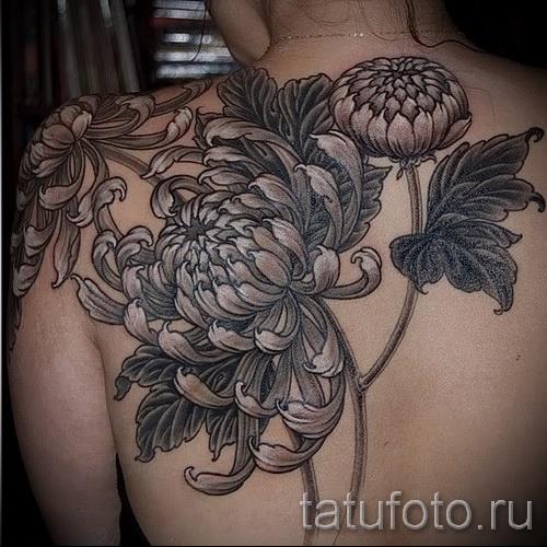 Пример тату хризантема на фото № 3