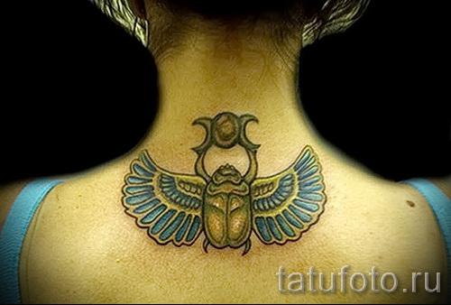 Фото татуировки скарабей сзади на шее у девушки - фото