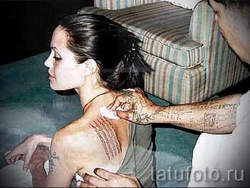 Тату Анджелины Джоли - пример на фото № 39