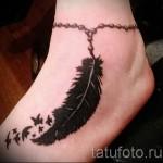 Перо на щиколотке в женской тату на ногу - фото 1