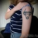 Фото готовой тату знак зодиака телец - голова быка на левом плече у девушки