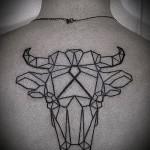 Фото готовой тату знак зодиака телец - рисунок линиями на спине у шеи
