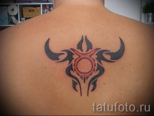 Фото готовой тату знак зодиака телец - символическое тату между лопатками у мужчины