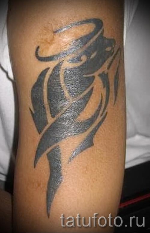 Фото готовой тату знак зодиака телец - символом на изгибе руки