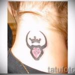 Фото готовой тату знак зодиака телец - символ с короной и бриллиантом для девушки