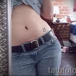Фото готовой тату знак зодиака телец - татуировка маленький символ на левом бедре внизу животика у молодой девушки