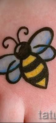 Фото тату пчела – аккуратный маленький рисунок на стопу