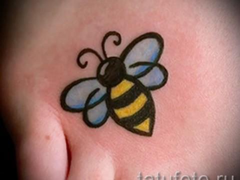 Фото тату пчела - аккуратный маленький рисунок на стопу