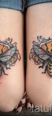 Фото тату пчела – два больших симметричных рисунка на ногах девушки – выше колена