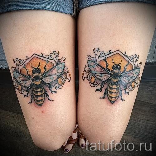 Фото тату пчела - два больших симметричных рисунка на ногах девушки - выше колена