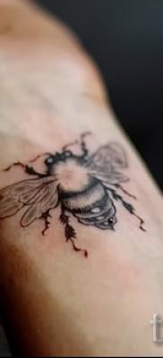 Фото тату пчела – красивая татуировка на запястье