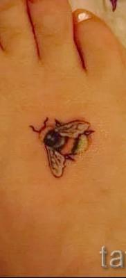 Фото тату пчела – маленькое тату внизу ноги