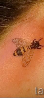 Фото тату пчела – маленькое тату за ухом девушки