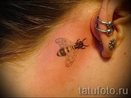Фото тату пчела - маленькое тату за ухом девушки
