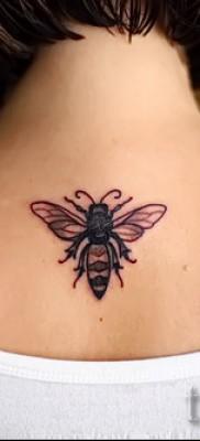 Фото тату пчела – на спине девушки между лопатками – ниже шеи