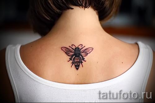 Фото тату пчела - на спине девушки между лопатками - ниже шеи
