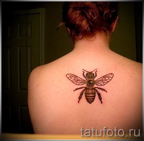 Фото тату пчела - по середине спины девушки