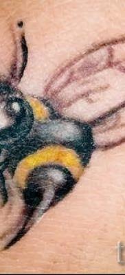 Фото тату пчела – пчелка с улыбкой и большим жалом