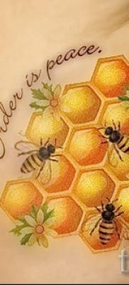 Фото тату пчела – соты и надпись на животе и боку