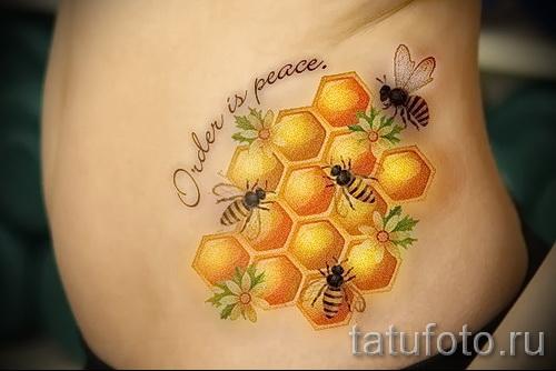 Фото тату пчела - соты и надпись на животе и боку
