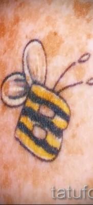 Фото тату пчела – тату стилизовано под букву В