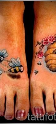 Фото тату пчела – улей на ветке и пчелки – тату на обе ноги для девушки