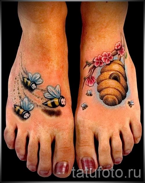 Фото тату пчела - улей на ветке и пчелки - тату на обе ноги для девушки