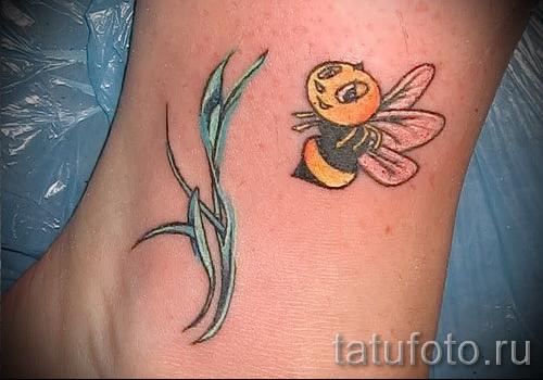 Фото тату пчела - улыбчивая пчелка и растение