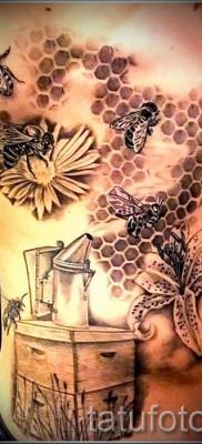 Фото тату пчела – цветы и пчелы с ульем на животе и теле мужчины