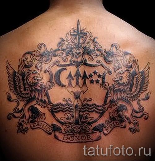 Фото тату щит и львы - гербовая татуировка на всю спину у мужчины