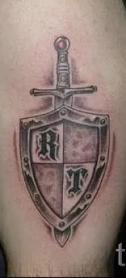 Фото тату щит и мечь с буквами