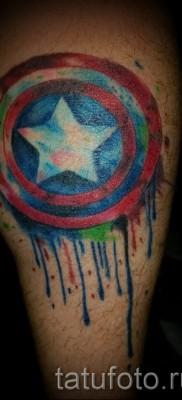 Фото тату щит капетана америка – работа на ноге выполнена мазками краски