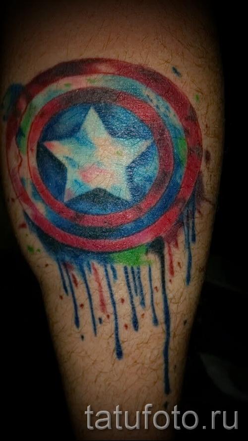 Фото тату щит капетана америка - работа на ноге выполнена мазками краски