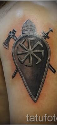 Фото тату щит со шлемом – две секиры и славянский коловрат