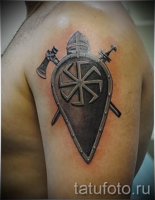 Фото тату щит со шлемом - две секиры и славянский коловрат