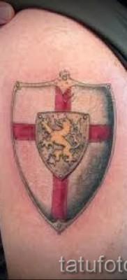 Фото тату щит с крестом и львом