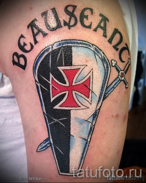 Фото тату щит с крестом и цветная надпись