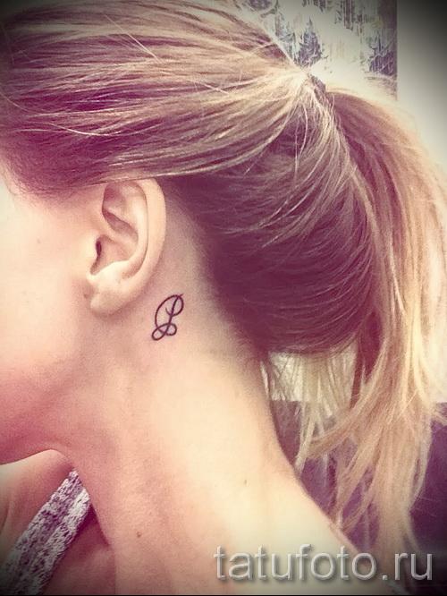 тату буква за ухом - фото готовой татуировки - 20122015 № 3