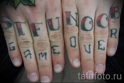 тату буквы на пальцах - фото готовой татуировки - 20122015 № 10